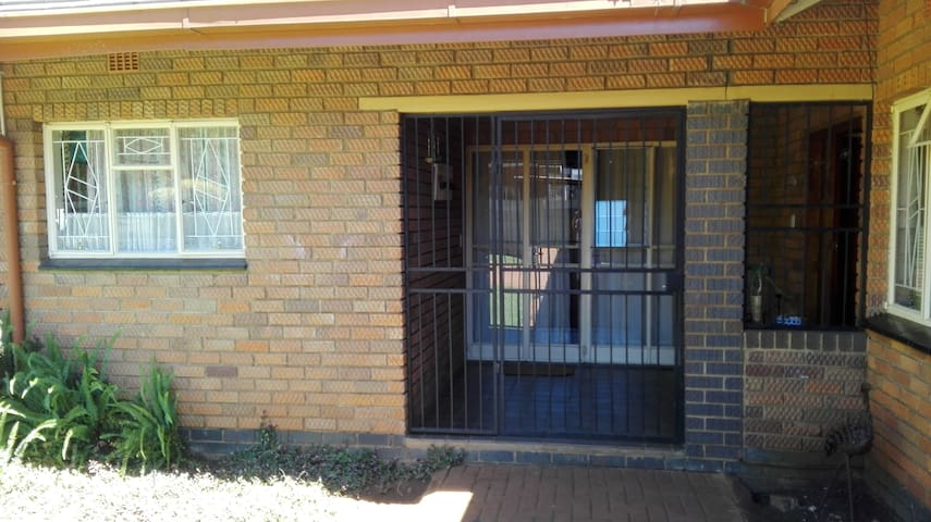 BEAUTIFULL FURNISHED GARDEN FLAT in BRONBERICK - Centurion - Wohnung