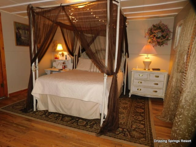 Canopy River Cottage Room /Dripping Springs Resort
