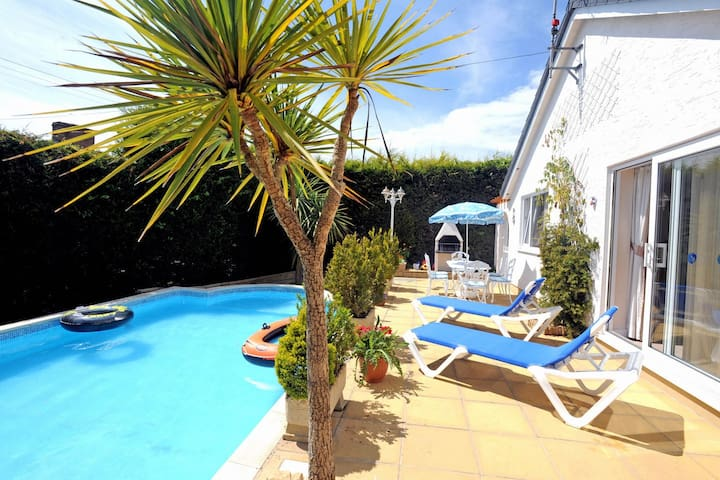 Attractive bungalow with private pool near Tenby