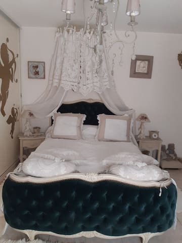 Chambre avec grand lit suite parentale