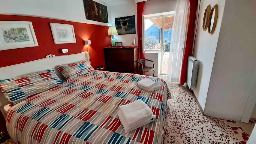 The Red room. La camera rossa.