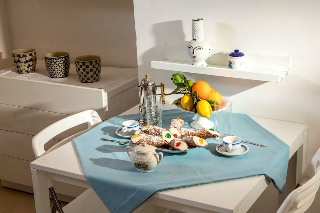 La cucina e il soggiorno sono un unico ambiente, la cucina è rivestita con le piastrelle di Maiolica, con un piano cottura a 5 fuochi, forno elettrico e frigor, provvista di tutto l'occorrente per cucinare, completamente a disposizione degli ospiti