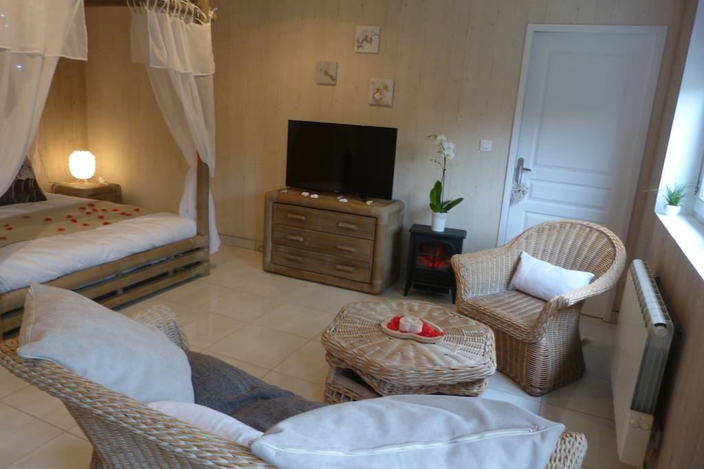 chambre d 39 h te romantique avec spa guest houses louer fresnoy folny normandie france. Black Bedroom Furniture Sets. Home Design Ideas