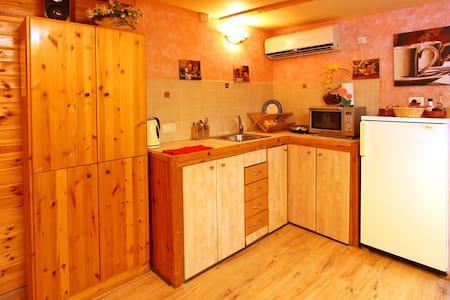 Cozy wooden cabin & breakfast - Adi - Cabane