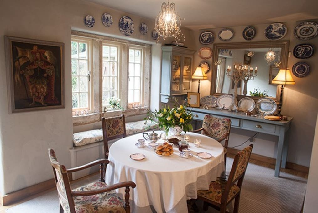 Light and airy Breakfast/Dining room