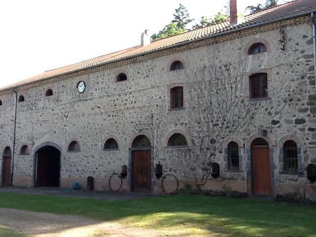 Chateau St Georges - Saint-Georges-d'Aurac - Kasteel