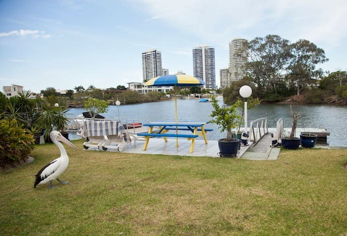 Pelican Waters Waterfront - self contained room - Biggera Waters - House