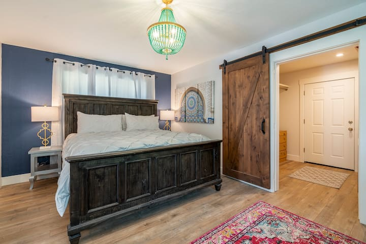 Master Bedroom w/king size bed-upstairs