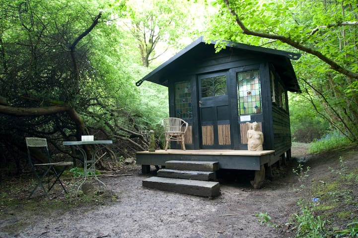 The hidden hut in the woods - Ditchling - Skur
