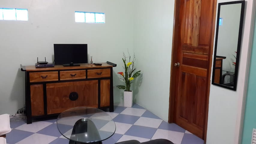 house clean, close to Mkinley Hills & Global city - Manila - Huis