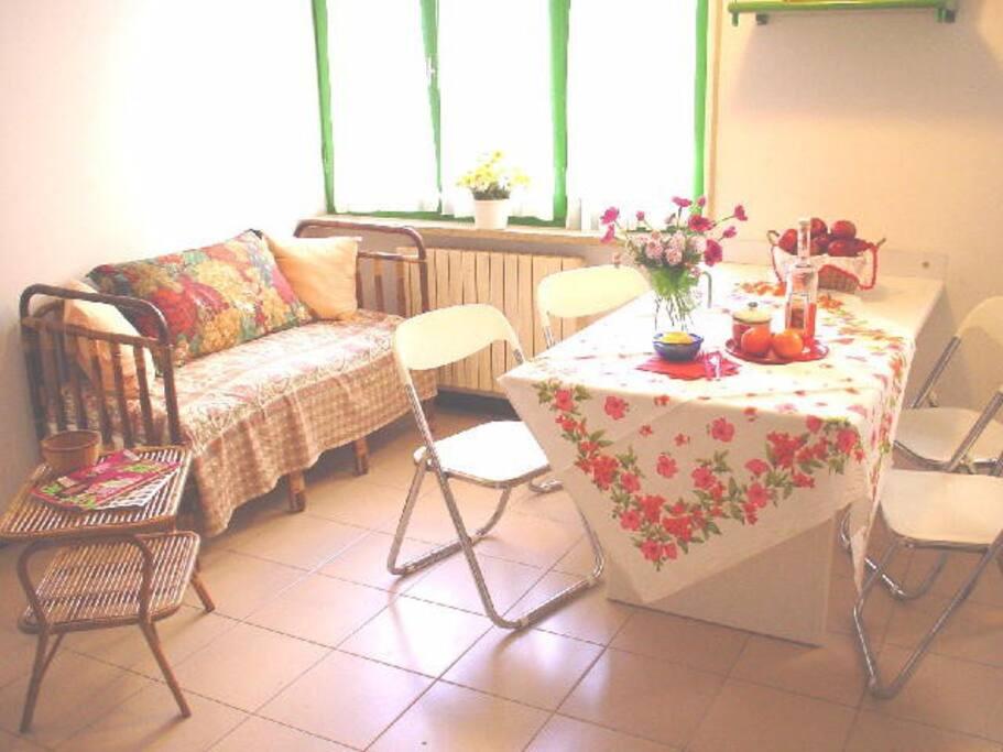 Sitting area & dining table - Angolo soggiorno e tavolo pranzo