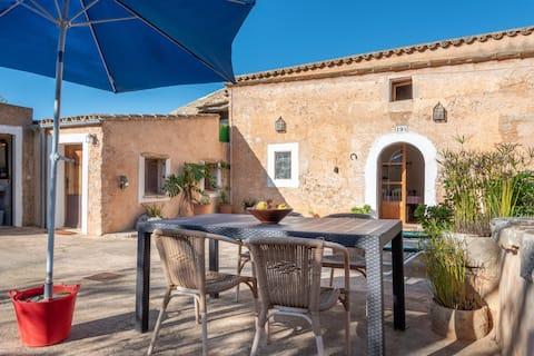 Charming Holiday Home Can Bonjesus with Mountain View, Wi-Fi, Garden & Terrace; Parkovanie k dispozícii, Domáce zvieratá povolené