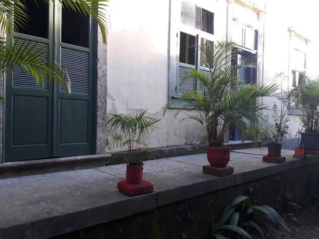 Alugo Estúdio-quarto e sala em casarão antigo.