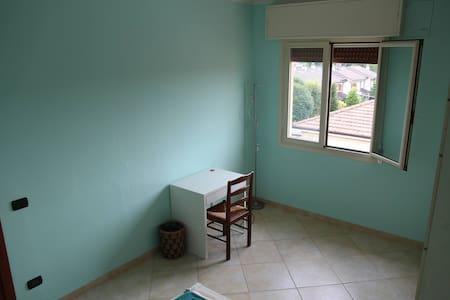Luminosa stanza vicino a policlinico e università - Modena - Daire