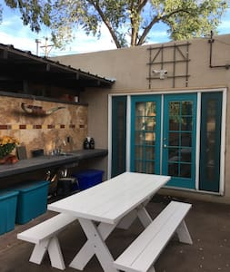 Lovely private casita in historic Nob Hill - アルバカーキ
