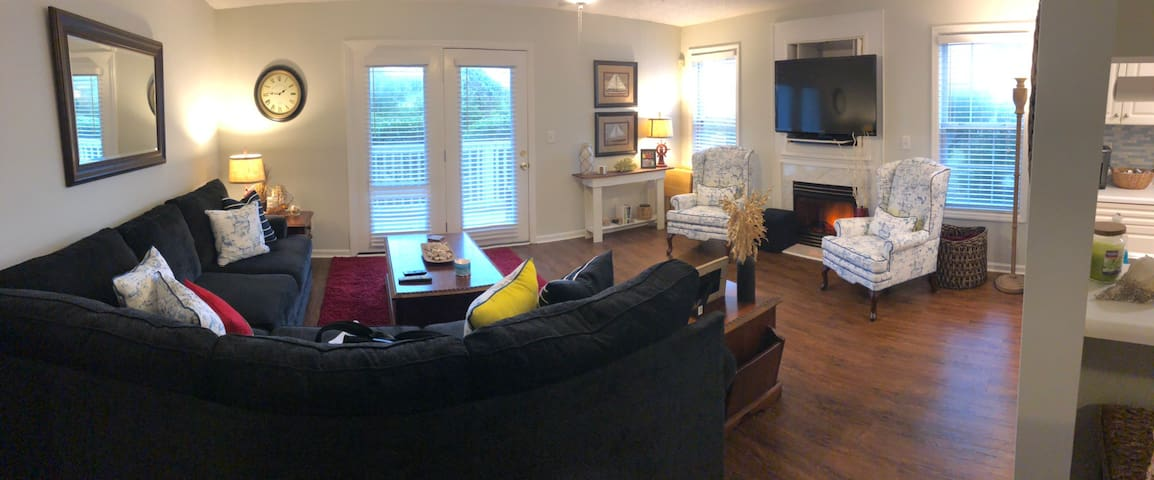 Cozy condo, minutes to beach, minutes to downtown!