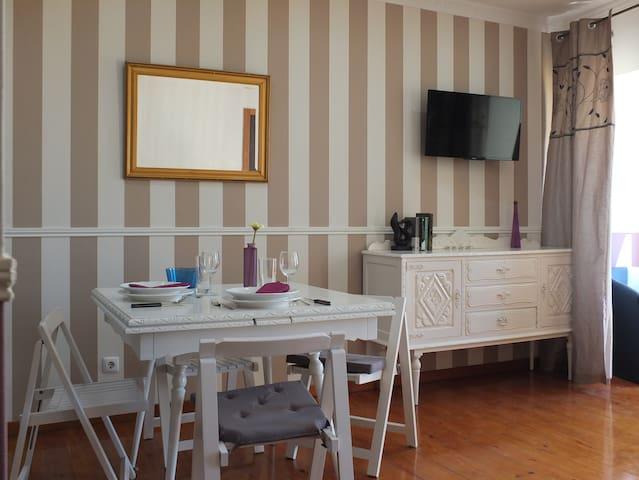 Sala de estar, constituída por mobília antiga restaurada.