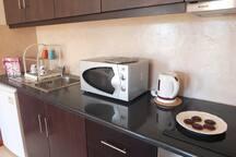 Cozinha toda equipada com frigorifico, maquina de lavar, maquina de café, microndas.