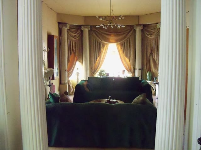LARGE ROOM IN HISTORIC WOODBRIDGE NEAR DOWNTOWN