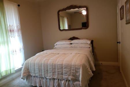 Cozy Nook, Room 3