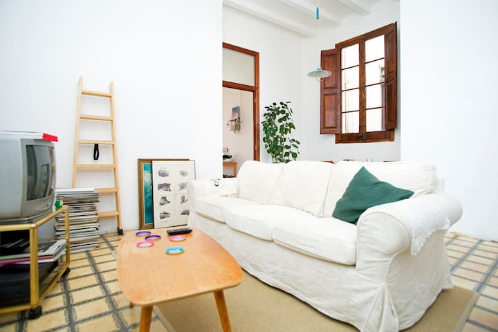 Single room in Gracia next to metro station