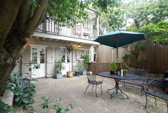 Hidden quiet 2 story gem by Bourbon - New Orleans - House