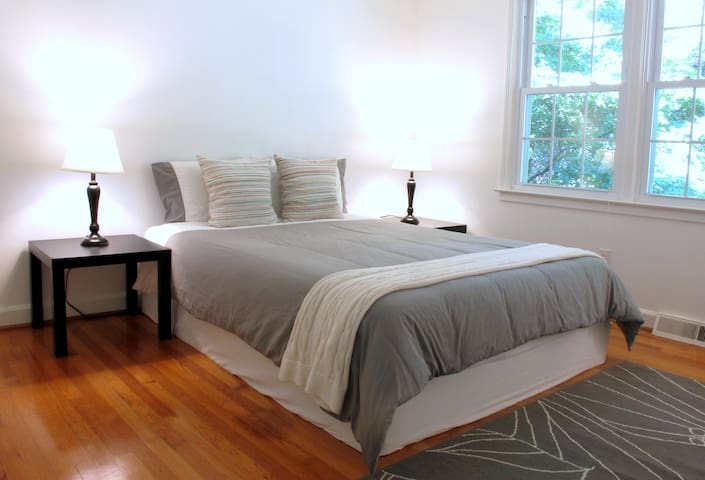 Bright and Comfy Private Bedroom - Taylors - House