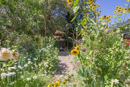 Studio Cottage in a Lovely Garden - Mountain View - Byt