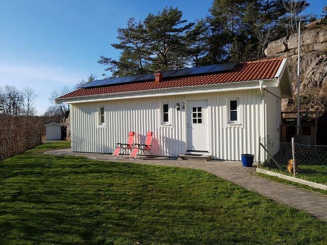 Gäststuga 40 m2 med 6 bäddar nära Grebbestad!
