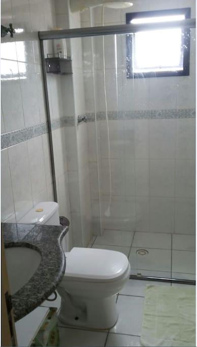 Banheiro com ducha maxi