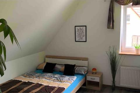 Zimmer mit Ausblick in Haus, mit Garten und Pool