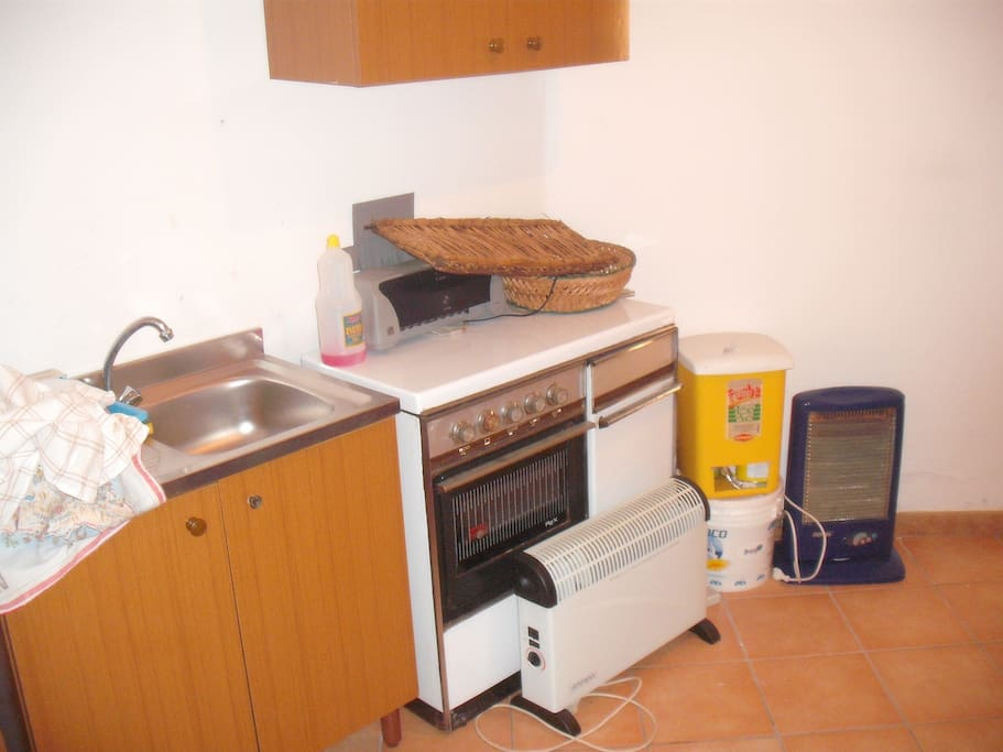 Cucina/Kitchen and bins