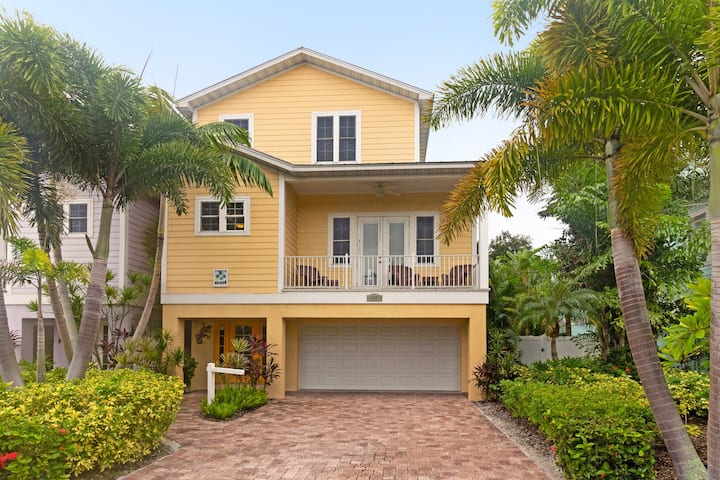 Bright, tropical home w/ lagoon-style heated private pool! Heart of Holmes Beach