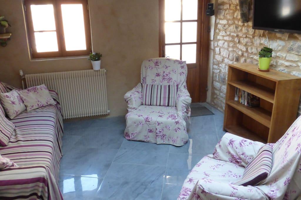 Salon avec verrière et accès terrasse