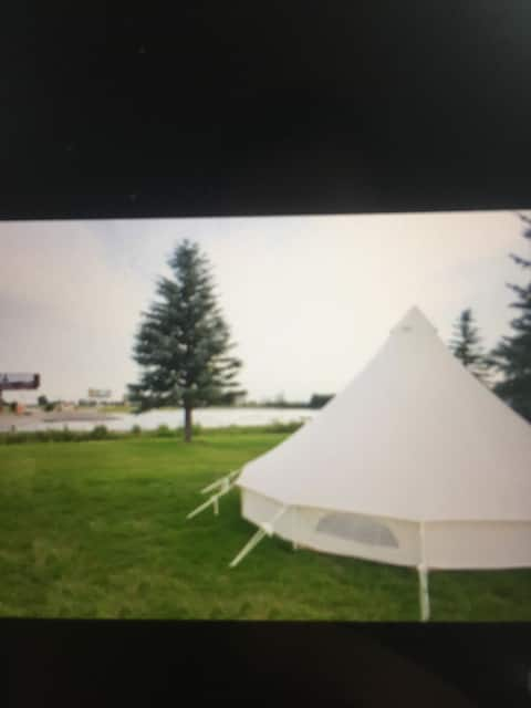 Glamping Tent #3 w/ 1 queen bed & 2 Twins