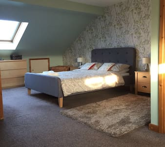 Ensuite Very Spacious Loft Room - East Grinstead