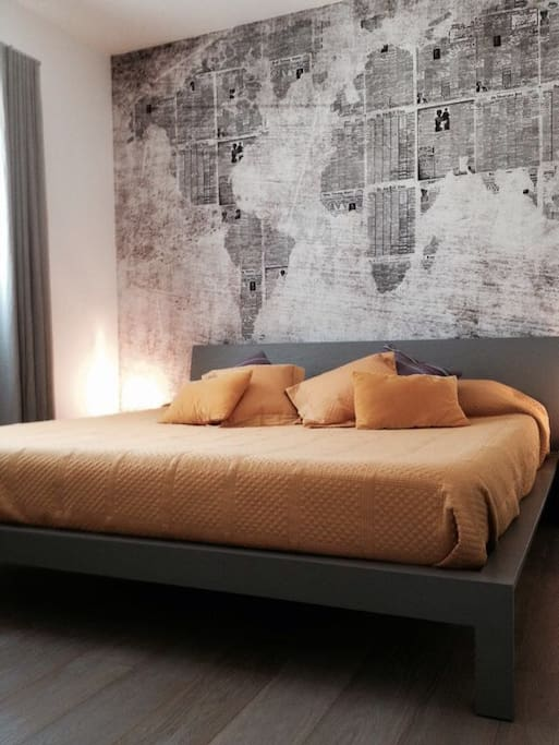 Camera da letto con armadio e cassetti a disposizione. Letto king size