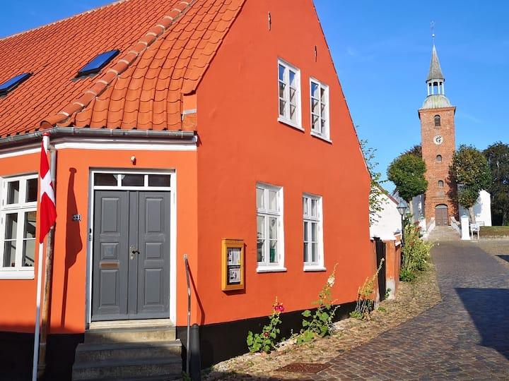 Ebeltoft, midt i byen, rum 1