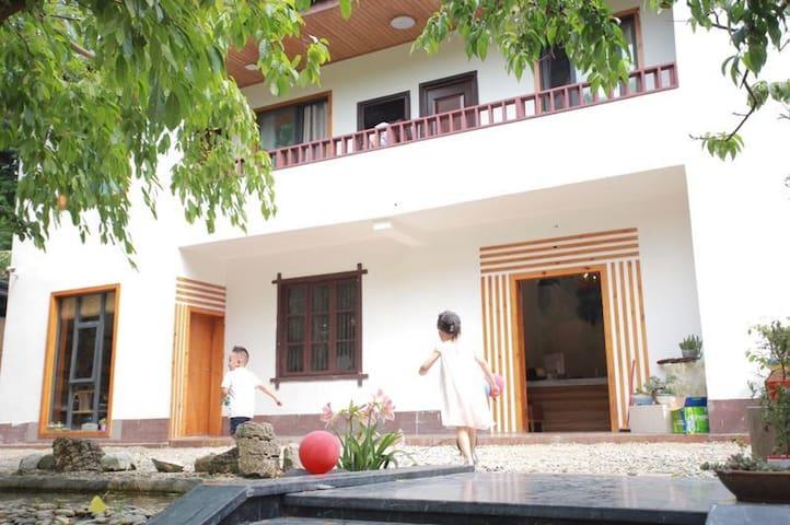 一楼一底的民宿,一楼为接待室、茶坊、餐厅,客房在二楼,共四间