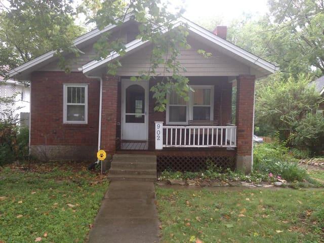 Cozy bungalow close to downtown Columbia, Mo. - Columbia - Dům