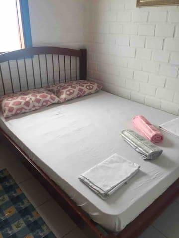 Quarto 1 com cama de casal