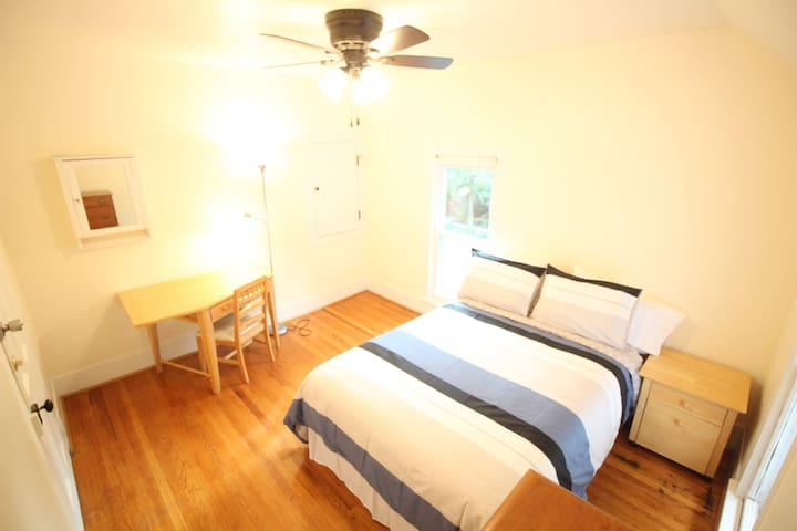 Bright Room Close to Campus & Downtown Urbana #2
