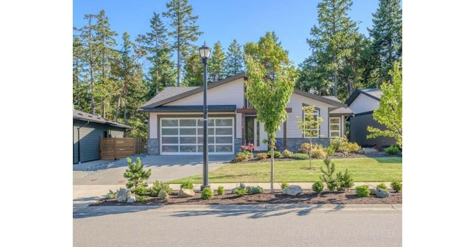 Luxury Modern, 3 bed 2 bath, Quiet forest home