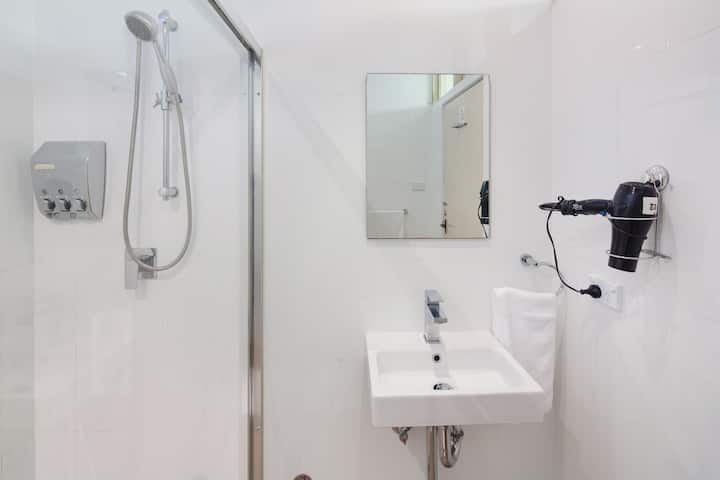 Hotel - Private Bdgt Double Room - Shared Bathroom