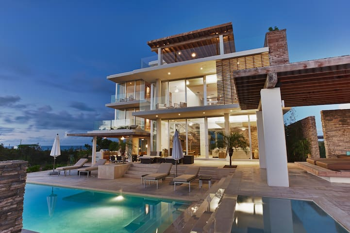 Award Winning Ocean Front Villa Estate - Little Bay - Hus