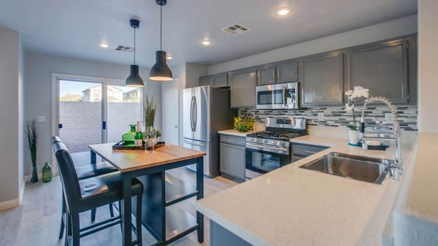 Newly Remodeled 4Br/3Ba close to Strip & Airport!