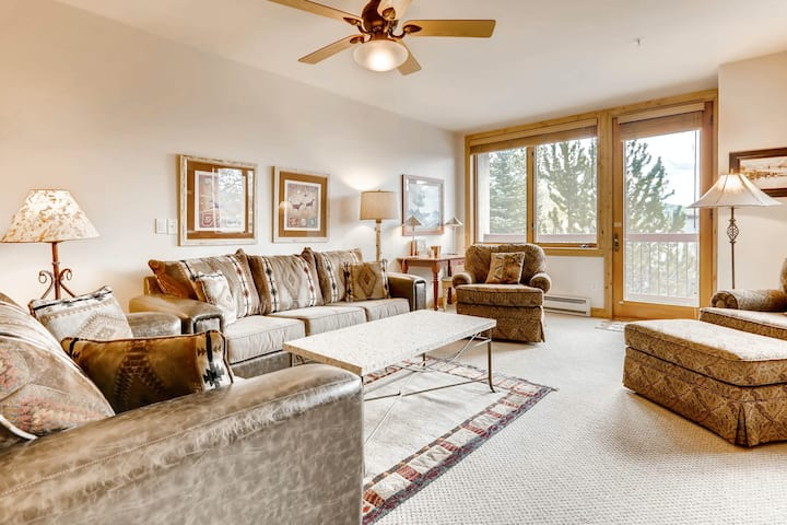 Stylish slopeside condo overlooking the pool w/shared hot tubs, pool, grills