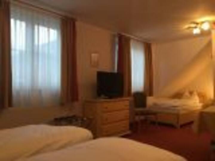 Flair Hotel Vier Jahreszeiten, (Bad Urach), Dreibettzimmer