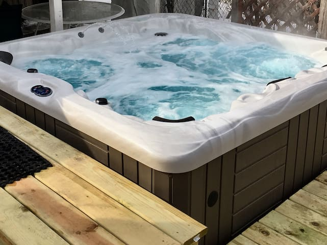 2 BR duplex in St. Paul with a Hot Tub