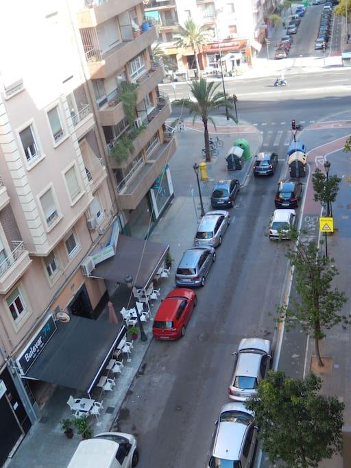 Vista desde el balcón hacia la Calle Cuba y avenida Peris y Valero.